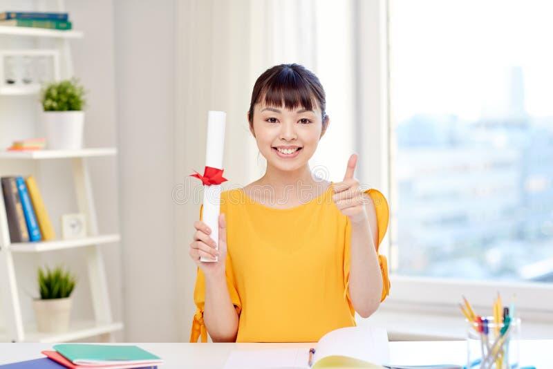 Estudiante de mujer asiático feliz con el diploma en casa fotos de archivo libres de regalías
