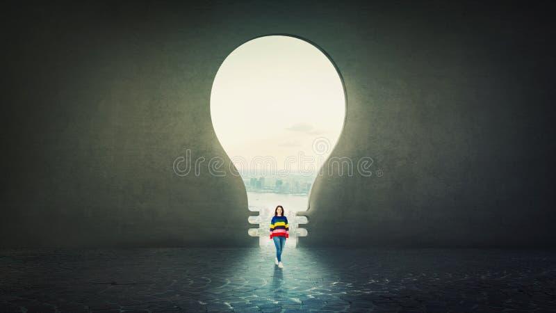 Estudiante de mujer casual confiado con la situación solamente delante de un agujero de la bombilla como puerta formada en un mur stock de ilustración