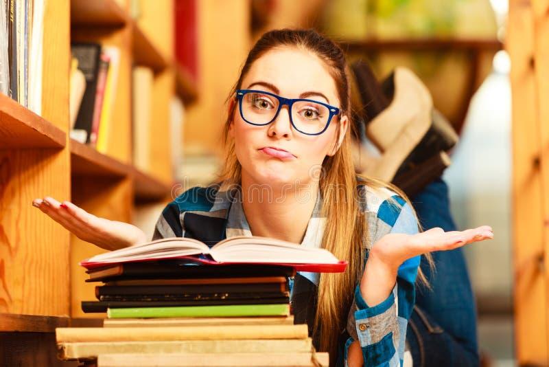 Estudiante de mujer en biblioteca de universidad fotografía de archivo libre de regalías