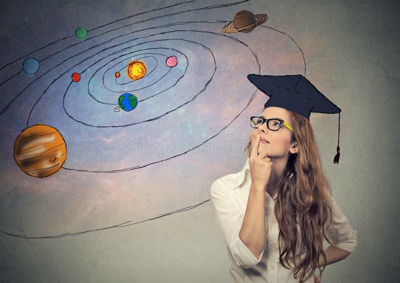 Estudiante de mujer joven que sueña, pensando en futuro, vida en otros planetas ilustración del vector