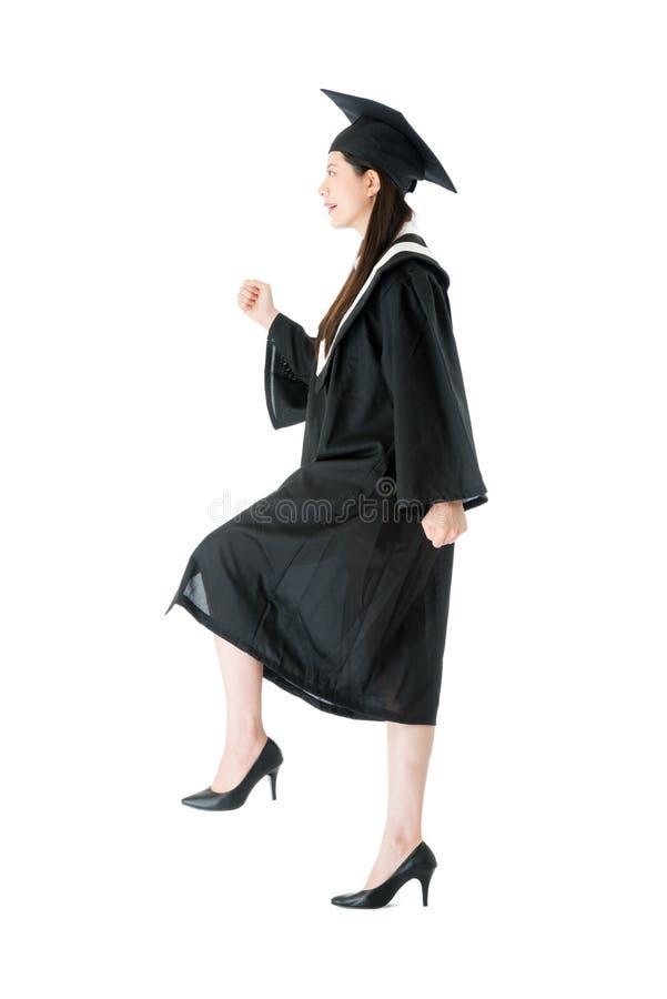 Estudiante de tercer ciclo bastante de sexo femenino de la universidad que camina para arriba foto de archivo