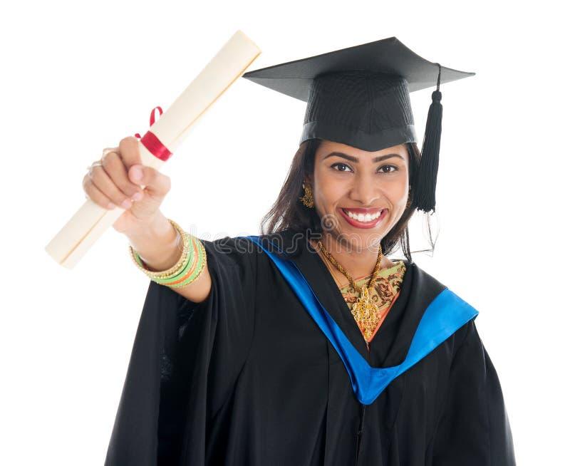 Estudiante de tercer ciclo indio que muestra su certificado del diploma fotos de archivo
