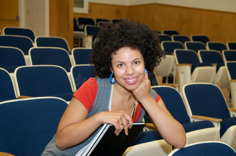 Estudiante del afroamericano en pasillo de conferencia fotografía de archivo