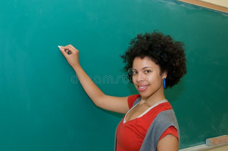 Estudiante del afroamericano en sala de clase imagen de archivo