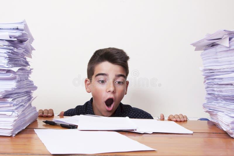 Estudiante del niño en el escritorio fotos de archivo