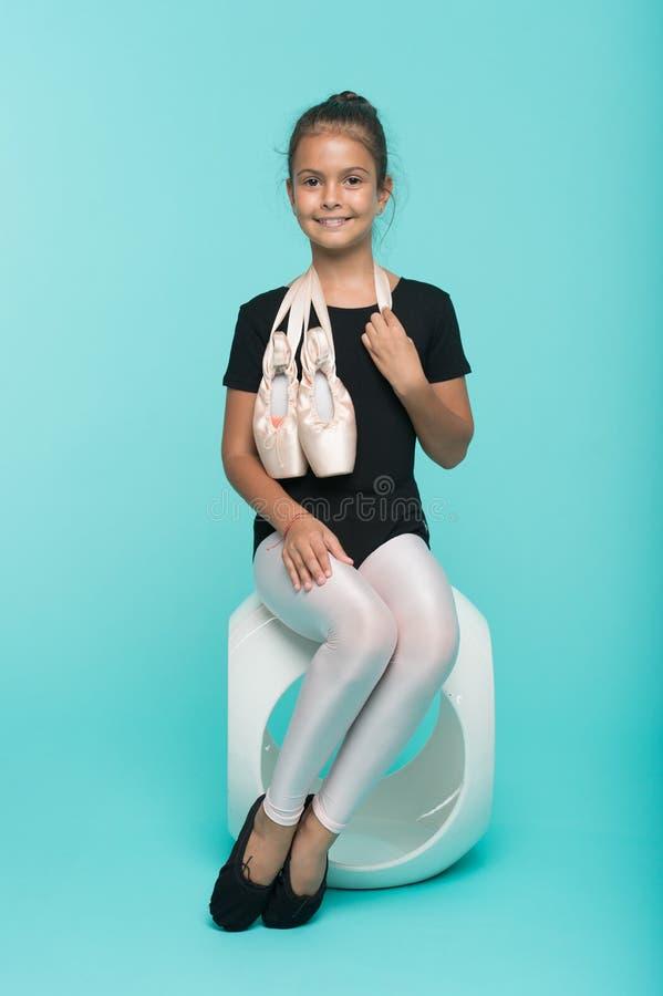 Estudiante diligente en escuela de la coreografía Pequeña muchacha con los zapatos de ballet Pequeña bailarina Estudiante de la d fotografía de archivo