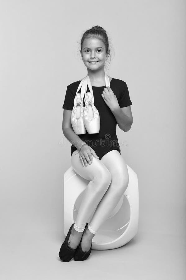 Estudiante diligente en escuela de la coreografía Pequeña muchacha con los zapatos de ballet Pequeña bailarina Estudiante de la d fotografía de archivo libre de regalías