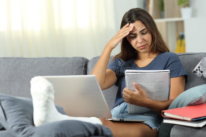 Estudiante discapacitado preocupante que estudia en casa foto de archivo libre de regalías