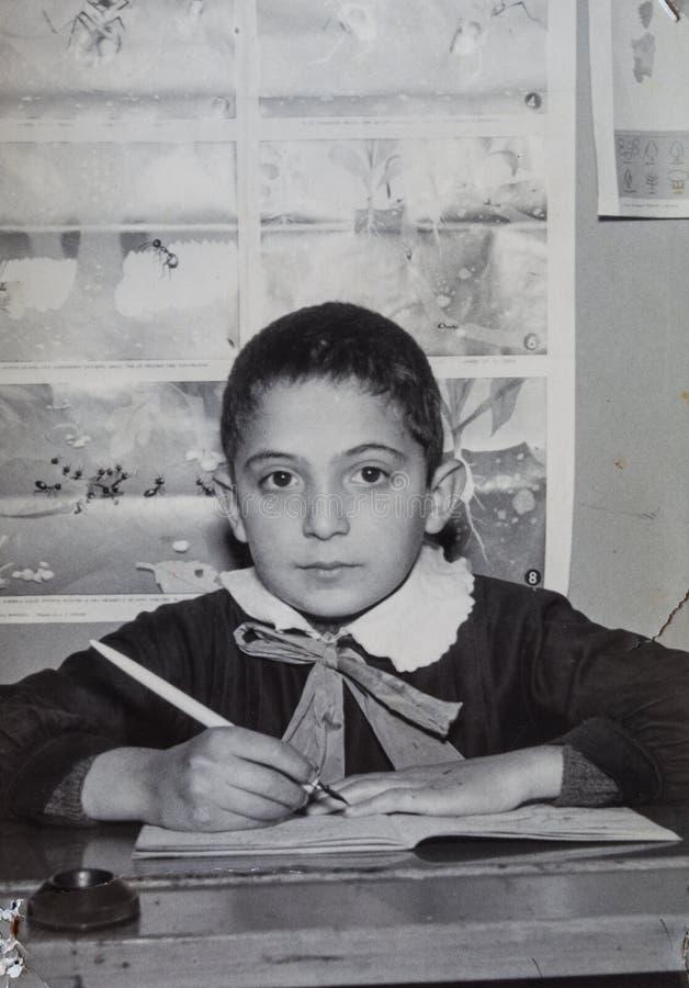 Estudiante elemental 1950 del muchacho joven de la foto del vintage de la original fotos de archivo