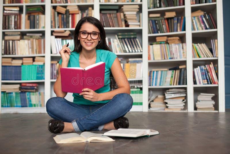 Estudiante en biblioteca imágenes de archivo libres de regalías