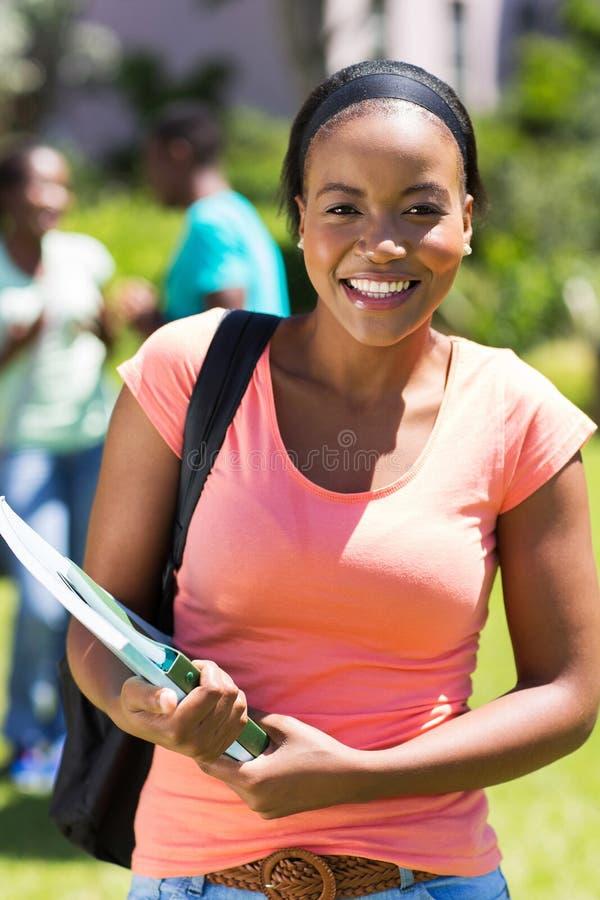 Estudiante en campus foto de archivo