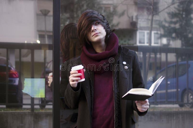Estudiante en descanso para tomar café foto de archivo libre de regalías