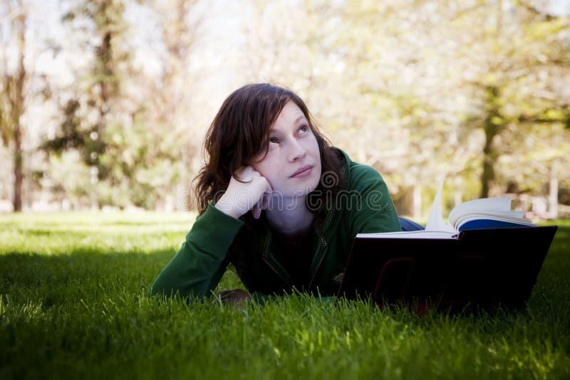 Estudiante en el parque fotos de archivo