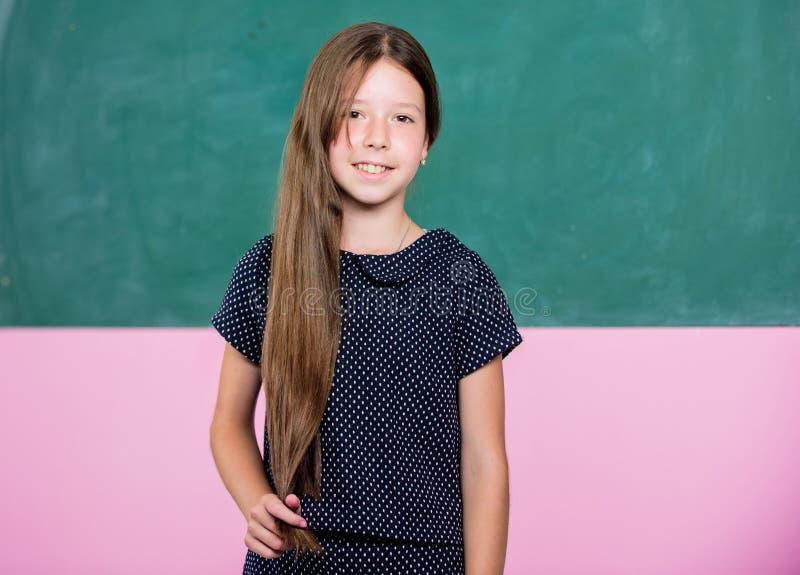 Estudiante en examen pequeño alumno de la muchacha Muchacha feliz de la escuela en sala de clase De nuevo a escuela formas de edu imagen de archivo libre de regalías
