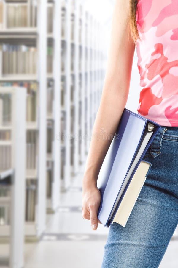 Estudiante en la biblioteca imagen de archivo