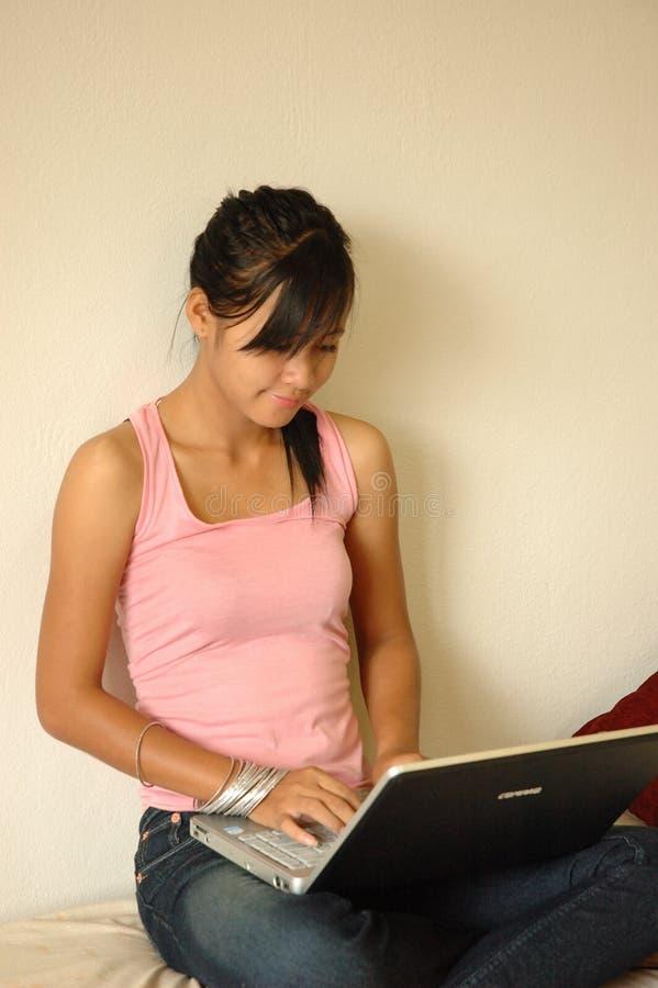 Estudiante en la computadora portátil imagen de archivo libre de regalías