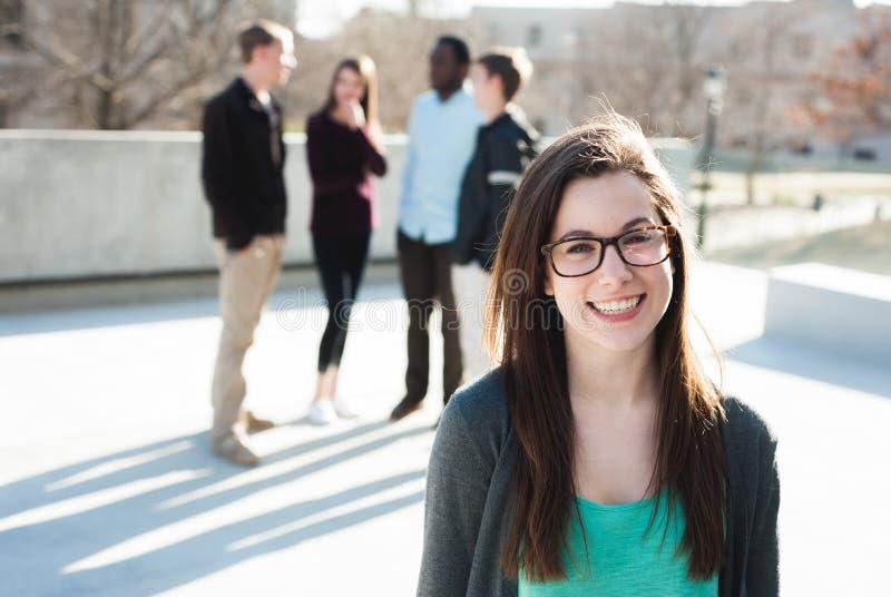 Estudiante en la sonrisa del campus imagen de archivo libre de regalías