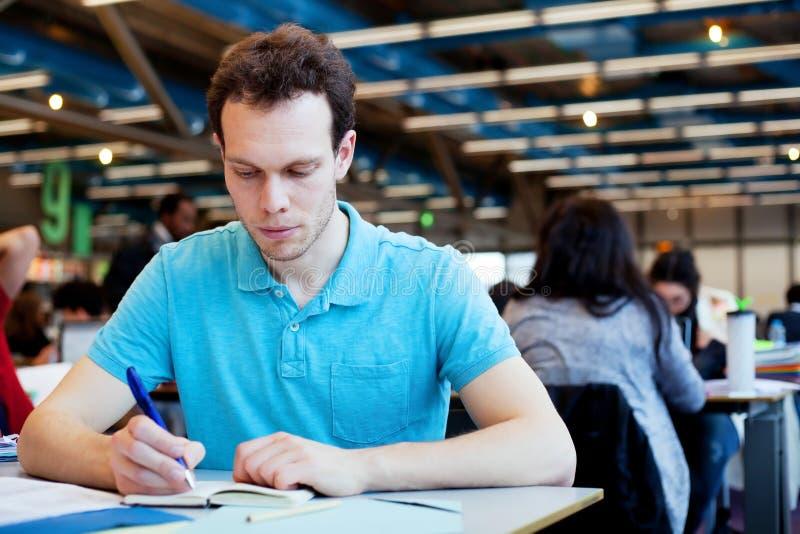 Estudiante en la universidad foto de archivo