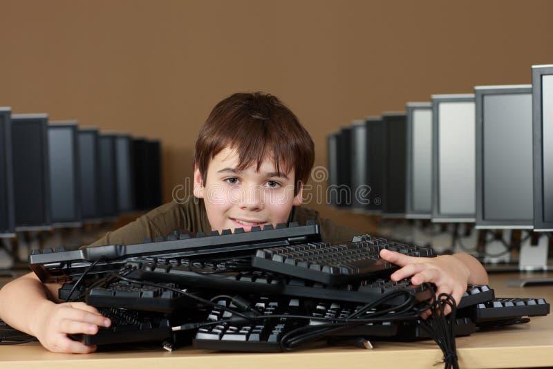 Estudiante en laboratorio del ordenador fotos de archivo