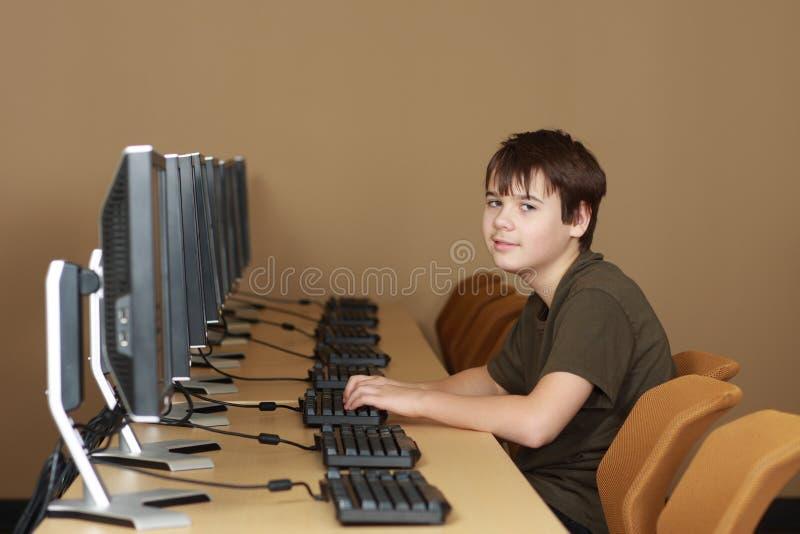 Estudiante en laboratorio del ordenador imagen de archivo