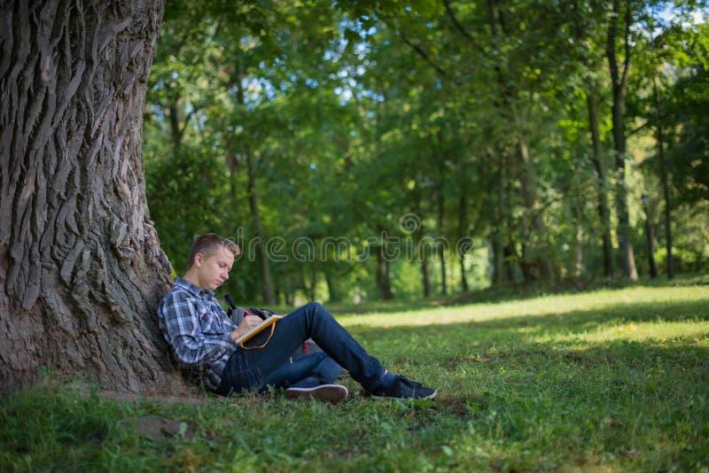 Estudiante en parque del campus fotos de archivo