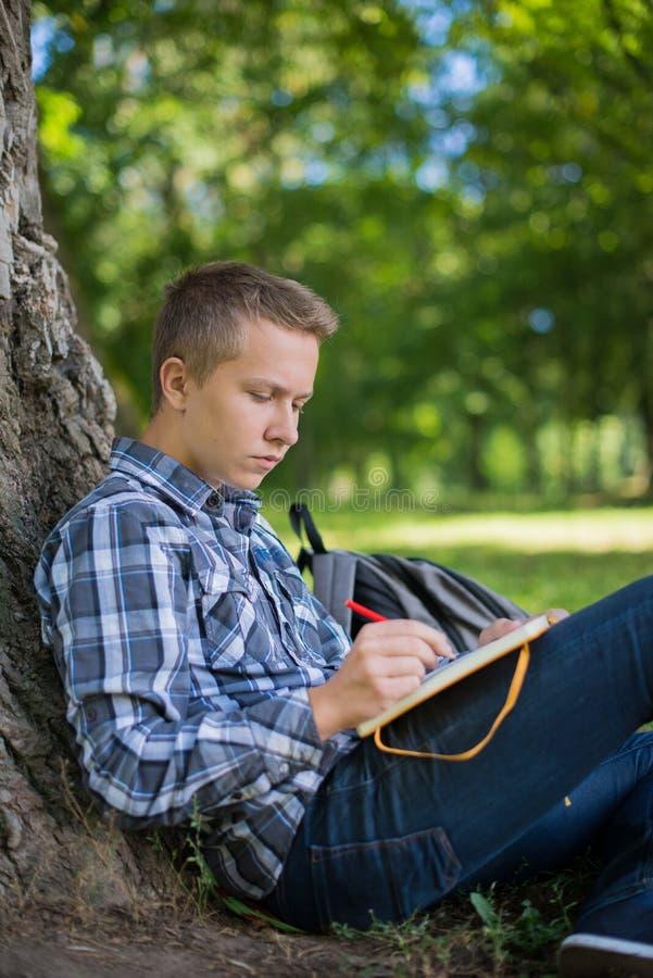 Estudiante en parque del campus imagenes de archivo
