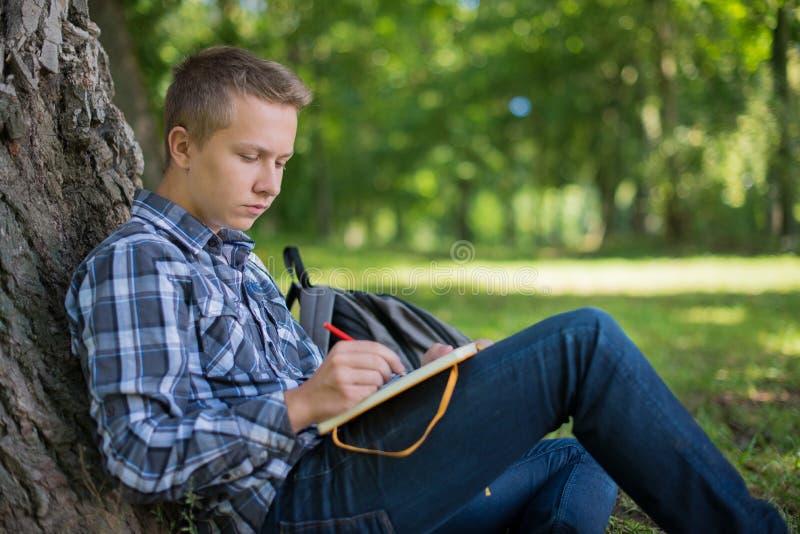 Estudiante en parque del campus imagen de archivo libre de regalías