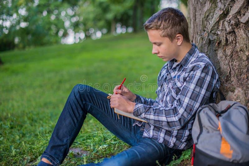 Estudiante en parque del campus foto de archivo libre de regalías