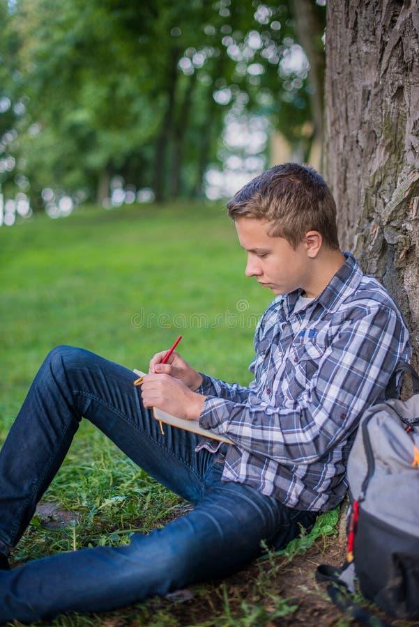 Estudiante en parque del campus fotografía de archivo libre de regalías