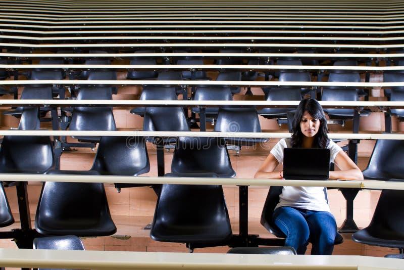 Estudiante en pasillo de conferencia imágenes de archivo libres de regalías