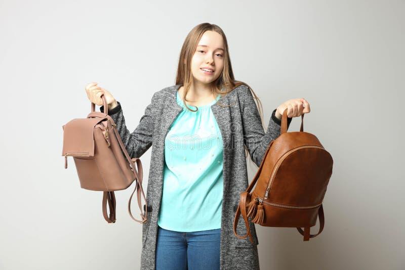Estudiante en ropa casual cl?sica con el backpac de moda dos imágenes de archivo libres de regalías