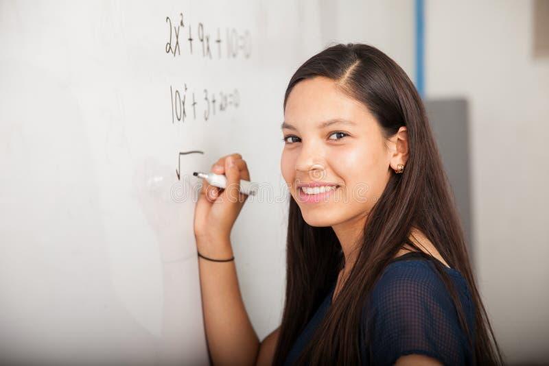 Estudiante feliz de la matemáticas en clase imágenes de archivo libres de regalías