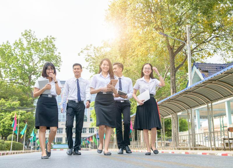 Estudiante feliz y elegante que camina en el camino foto de archivo