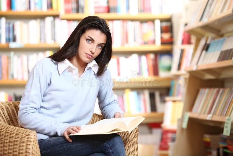 Estudiante femenino con el libro fotos de archivo libres de regalías