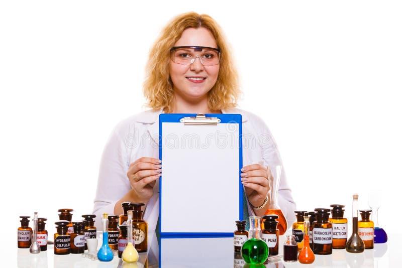 Estudiante femenino de la química con el frasco de la prueba de la cristalería fotos de archivo