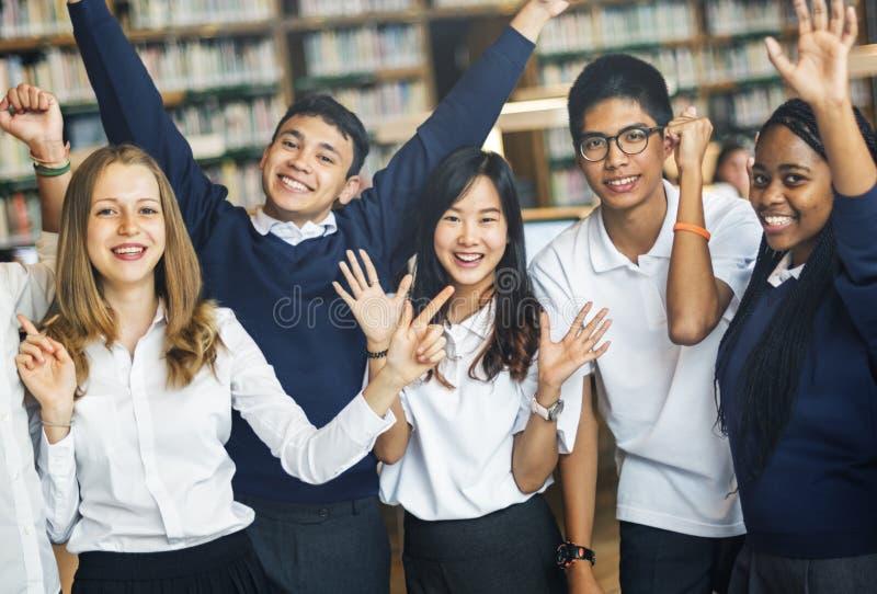 Estudiante Friends Library Campus que estudia concepto de la universidad foto de archivo