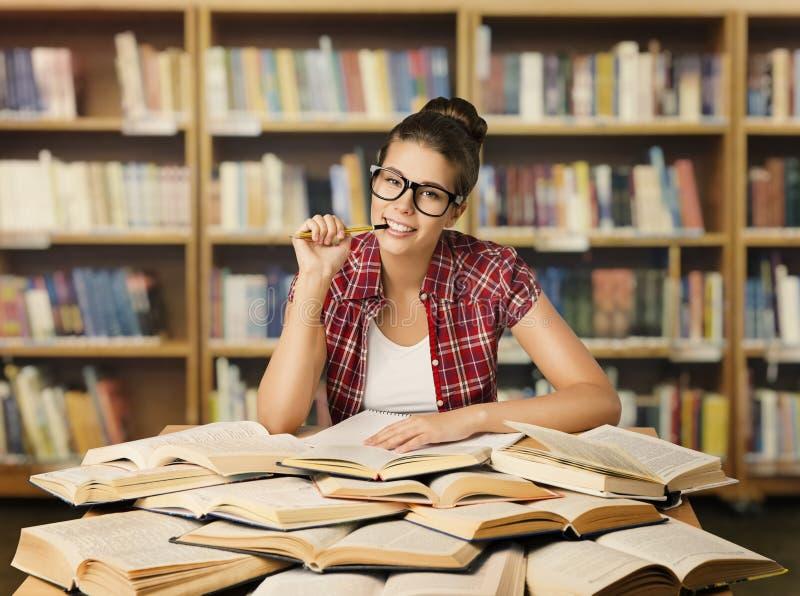 Estudiante Girl con los libros abiertos en la biblioteca, estudiando a la mujer en vidrio fotos de archivo