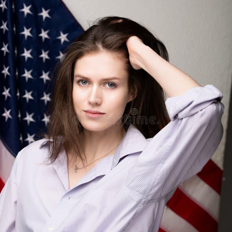 Estudiante hermoso con la bandera de los Estados Unidos de América fotografía de archivo