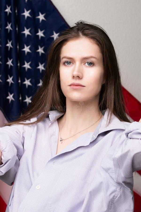 Estudiante hermoso con la bandera de los Estados Unidos de América foto de archivo
