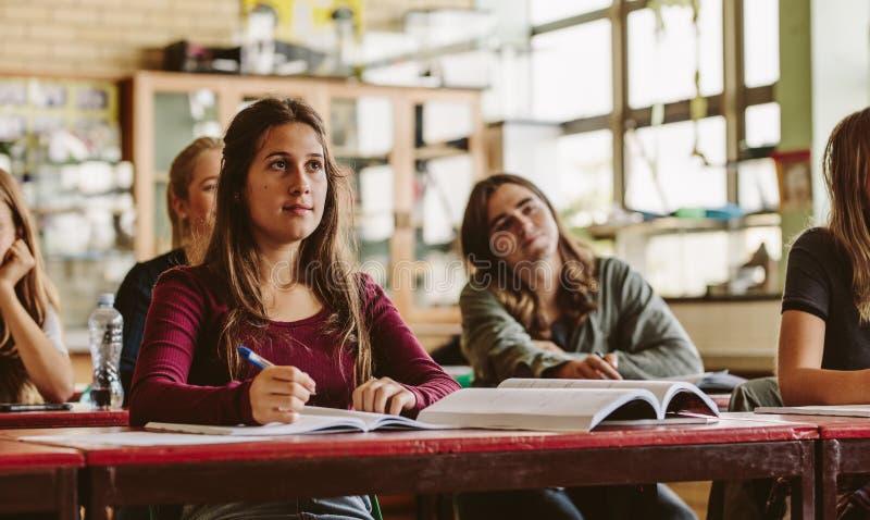 Estudiante hermoso en sala de clase fotos de archivo