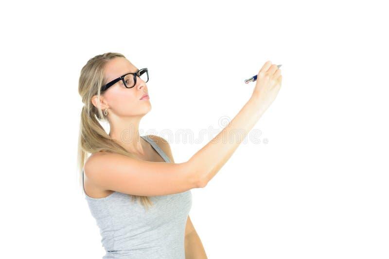 estudiante hermoso en vidrios que escribe en la pared fotos de archivo libres de regalías