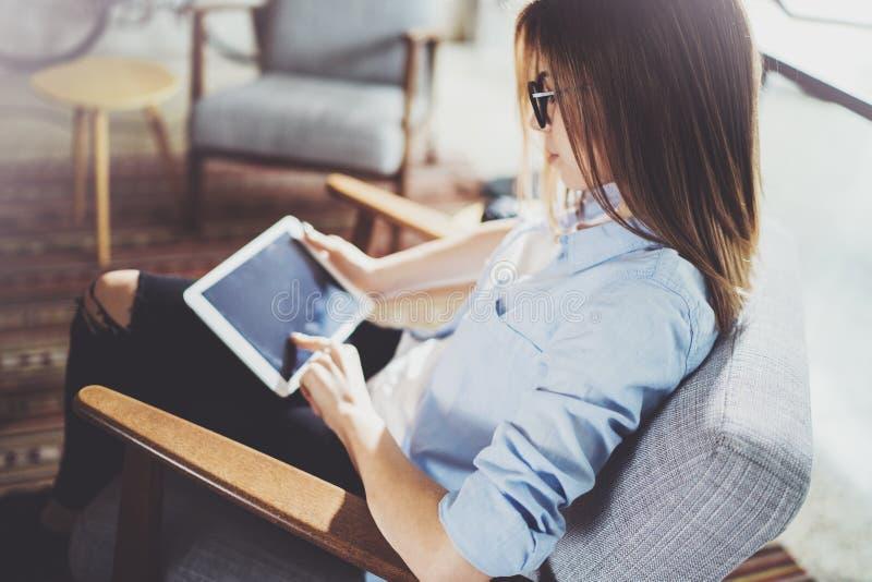 Estudiante hermoso joven que usa la almohadilla táctil en el lugar coworking moderno Muchacha del Freelancer que trabaja en su ta fotografía de archivo libre de regalías
