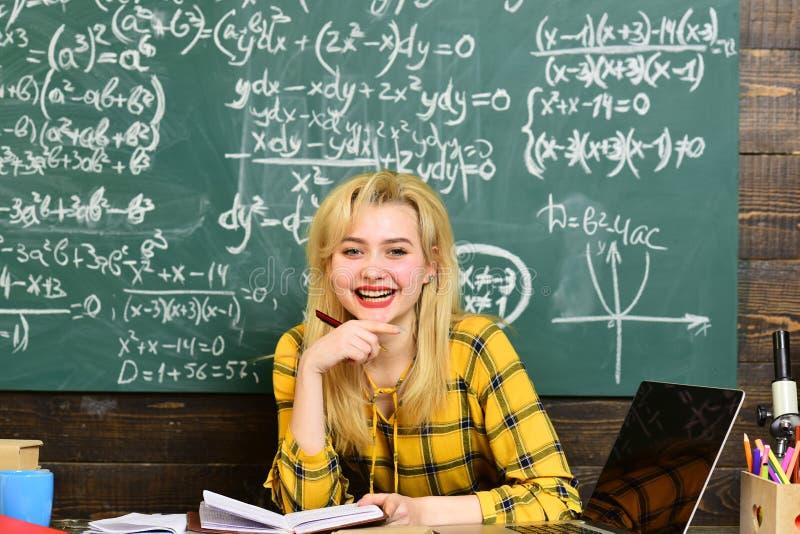 Estudiante internacional que hace la prueba en línea individual Grupo de estudiantes adultos atentos con el profesor en sala de c foto de archivo libre de regalías