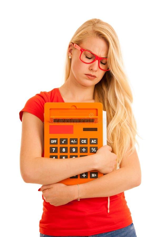 Estudiante joven chocado en camiseta roja con la calculadora aislada sobre blanco imágenes de archivo libres de regalías