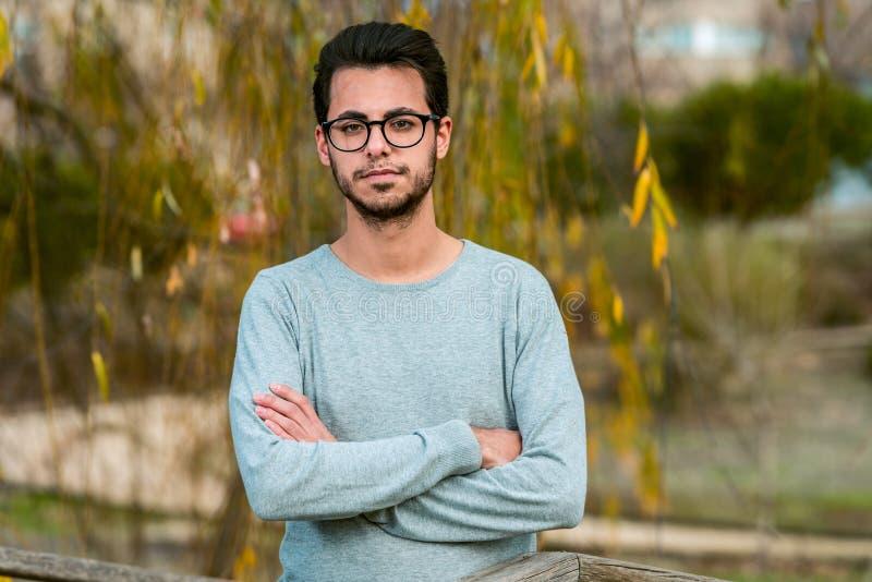 Estudiante joven de actitudes de informática en el parque del campus cerca de la escuela politécnica fotos de archivo