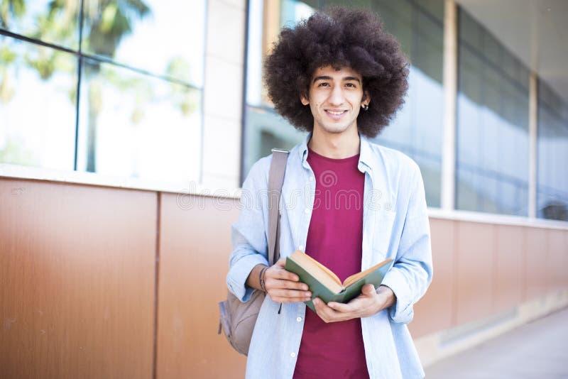 Estudiante joven en campus imagenes de archivo