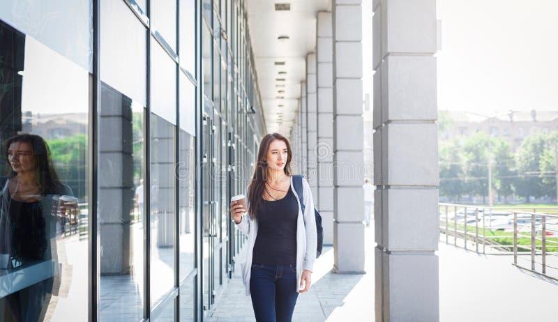 Estudiante joven motivado de la hembra las TIC, café de consumición antes de la lección imagen de archivo libre de regalías