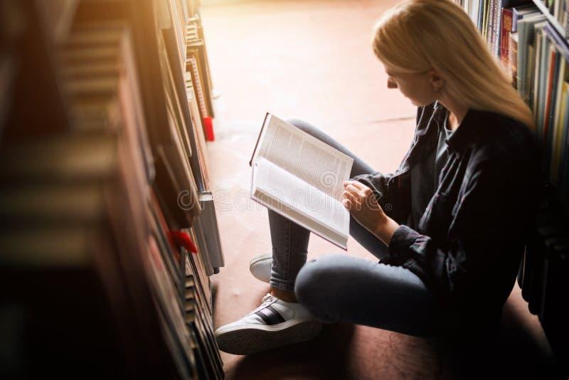 Estudiante joven que estudia en la educación más alta de la biblioteca Estudiante Life imágenes de archivo libres de regalías