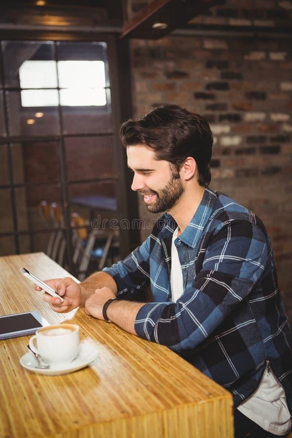 Estudiante joven que usa su smartphone imagenes de archivo