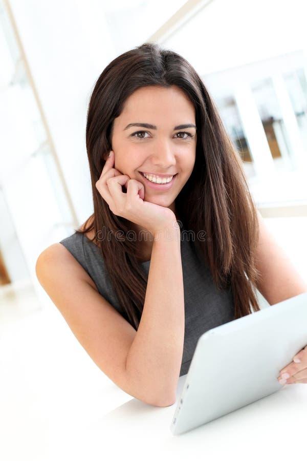 Estudiante joven sonriente que usa la tableta imágenes de archivo libres de regalías